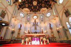 Binnenland van Geboorte van Christus van Onze Dame Cathedral met gloeiende gloeilampen lichte toon Stock Fotografie