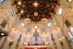 Binnenland van Geboorte van Christus van Onze Dame Cathedral met gloeiende gloeilampen lichte toon Stock Foto