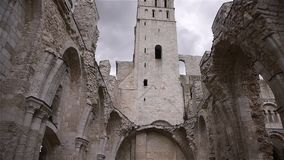Binnenland van geruïneerde abdij van Jumieges, Normandië Frankrijk stock footage