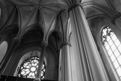 Binnenland van gotische kathedraal met kolommen Stock Afbeelding