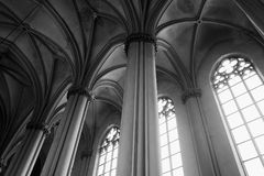 Binnenland van gotische kathedraal met kolommen Stock Fotografie