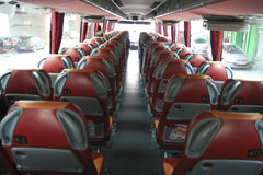 Binnenland van grote busbus met leerzetels Royalty-vrije Stock Afbeeldingen