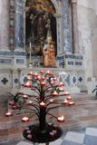 Binnenland van Heilige Andrew Cathedral, Venzone, Italië stock foto's