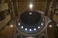 Binnenland van Heilige Peter Basilica San Pietro stock foto