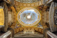 Binnenland van Heilige Peter Cathedral in Vatikaan Stock Afbeelding