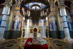 Binnenland van het Koninklijke mausoleum van Oplenac, de orthodoxe kerk die de overblijfselen van de Joegoslavische Koningen van  Stock Afbeeldingen