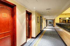 Binnenland van het luxehotel in nachtverlichting stock fotografie