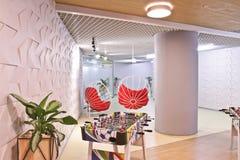 Binnenland van het personeelstoilet in het moderne bureau van het commerciële centrum Ronde stoel-schommeling voor rust stock foto's