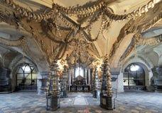 Binnenland van het Sedlec ossuarium, Tsjechische Republiek stock afbeelding