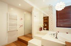 Binnenland van houten badkamers Stock Afbeelding