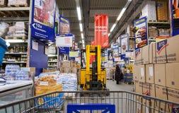 Binnenland van hypermarket METRO Stock Foto