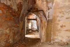 Binnenland van interne ruimten van het vernietigde en geworpen Noordelijke fort Nr 4 'Zverev ' royalty-vrije stock afbeelding