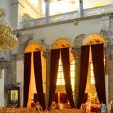 Binnenland van kerk het rode gordijnen royalty-vrije stock foto's