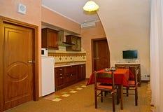Binnenland van keuken in de hotelruimte stock afbeelding