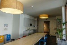 Binnenland van keuken met houten lijst stock afbeelding