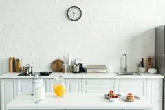 binnenland van keuken met yummy pannekoeken en jus d'orange royalty-vrije stock foto's