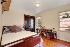Binnenland van kleine witte slaapkamer met uitstekend bureau Royalty-vrije Stock Afbeeldingen