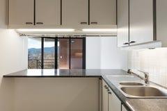 Binnenland van lege flat, keuken stock fotografie