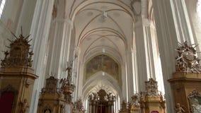 Binnenland van lege kerk stock footage