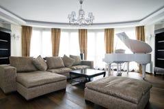 Binnenland van lichte woonkamer met witte piano Royalty-vrije Stock Afbeeldingen