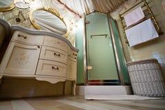 Binnenland van luxe uitstekende badkamers stock foto
