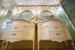 Binnenland van luxe uitstekende badkamers Stock Foto's