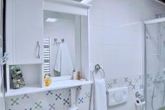 Binnenland van luxebadkamers met een douche Kleine moderne witte bedelaars stock foto