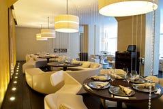 Binnenland van luxerestaurant Stock Afbeeldingen