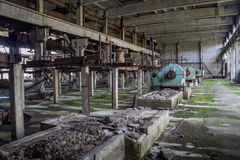 Binnenland van machines van verlaten fabriek van synthetisch rubber stock fotografie
