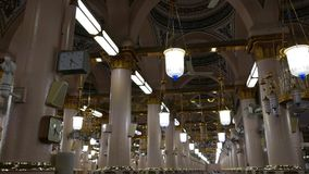 Binnenland van Masjid-moskee Nabawi, Medina, S arabië De Nabawimoskee is de 2de heiligste moskee in Islam stock footage