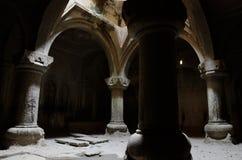 Binnenland van middeleeuwse christelijke tempel Geghard, Armenië Stock Afbeelding