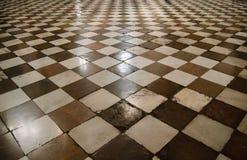 Binnenland van middeleeuwse kathedraal met schaakvloer royalty-vrije stock fotografie
