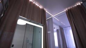 Binnenland van moderne badkamers met douche Binnenland van moderne badkamers stock afbeelding