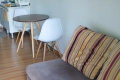 Binnenland van moderne flat met bank en stoel Stock Afbeeldingen