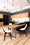 binnenland van moderne schone lichte eetkamer met comfortabele houten lijst royalty-vrije stock afbeeldingen