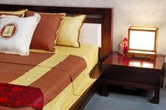 Binnenland van moderne slaapkamer met meubilair stock afbeelding