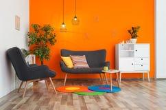 Binnenland van moderne woonkamer met hoofdkussens stock fotografie