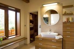 Binnenland van modieuze moderne badkamers Stock Foto's