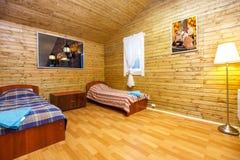 Binnenland van motel twee bedruimte in Finland stock fotografie