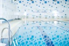 Binnenland van openbaar binnen zwembad Royalty-vrije Stock Foto's