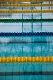 Binnenland van openbaar binnen zwembad met het rennen van Stegen en bl stock afbeelding