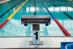 Binnenland van openbaar binnen zwembad met het rennen van Stegen en bl stock afbeeldingen