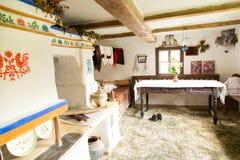 Binnenland van oud Oekraïens landelijk huis Stock Afbeeldingen