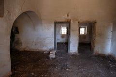 Binnenland van oud verlaten Trulli-huis met veelvoudige kegeldaken op het gebied van Cisternino/Alberobello in Puglia Italië royalty-vrije stock afbeeldingen