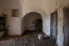Binnenland van oud verlaten Trulli-huis met veelvoudige kegeldaken op het gebied van Cisternino/Alberobello in Puglia Italië stock foto