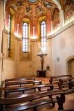 Binnenland van oude kleine katholieke kerk Stock Foto's