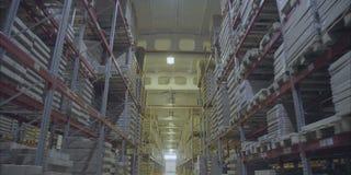 Binnenland van Pakhuis Rijen van planken met dozen Groot pakhuis met belemmerde planken Pallets in een groot pakhuis