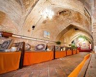 Binnenland van Perzisch restaurant binnen de 400 jaar oude caravanserai met de baksteenkoepels Stock Afbeelding