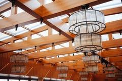 Binnenland van restaurant met grote lampen royalty-vrije stock foto's