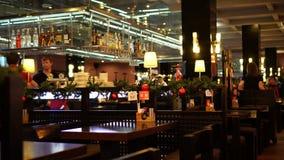 Binnenland van restaurant van nationale Japanse keuken op Arbat-straat in Moskou stock videobeelden